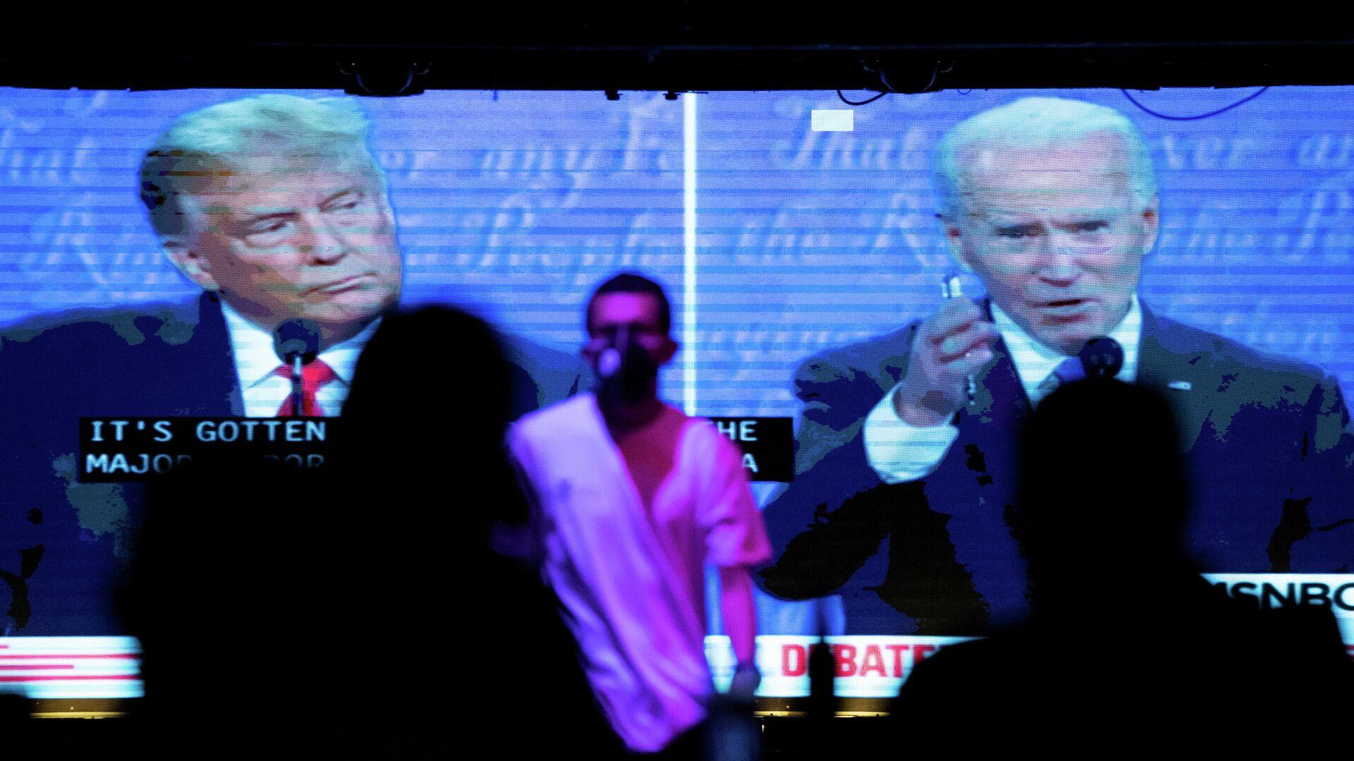 Жители Калифорнии смотрят трансляцию дебатов между президентом США Дональдом Трампом и кандидатом в президенты Джо Байденом - РИА Новости, 1920, 02.11.2020