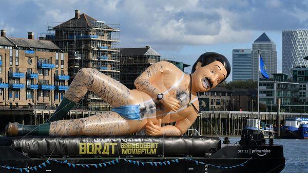 Надувная лодка с изображением Бората  в поддержку выхода сиквела Borat Subsequent Moviefilm на река Темза в Лондоне
