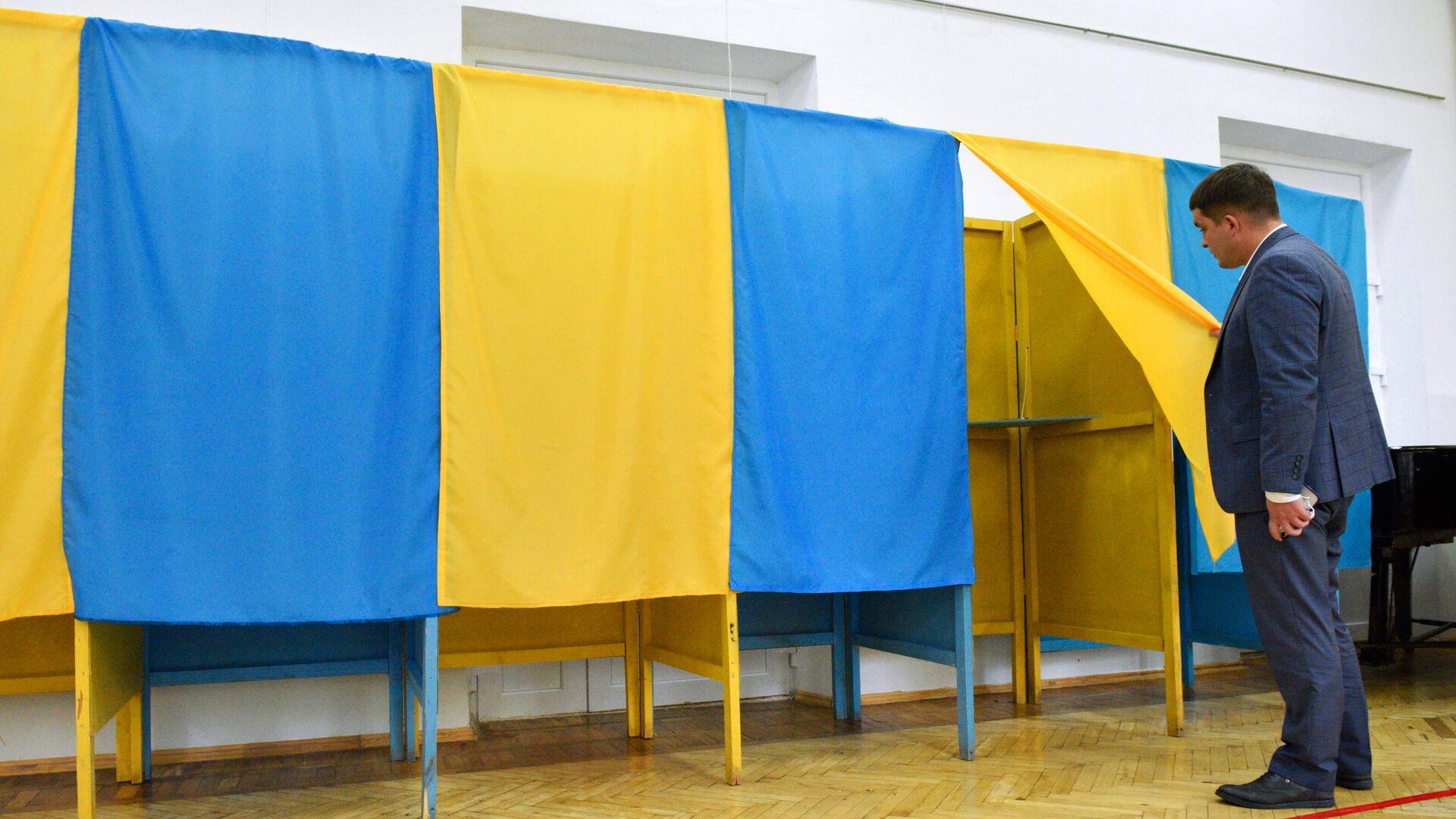 Проверка готовности одного из избирательных участков в Киеве к проведению региональных выборов - РИА Новости, 1920, 27.10.2020