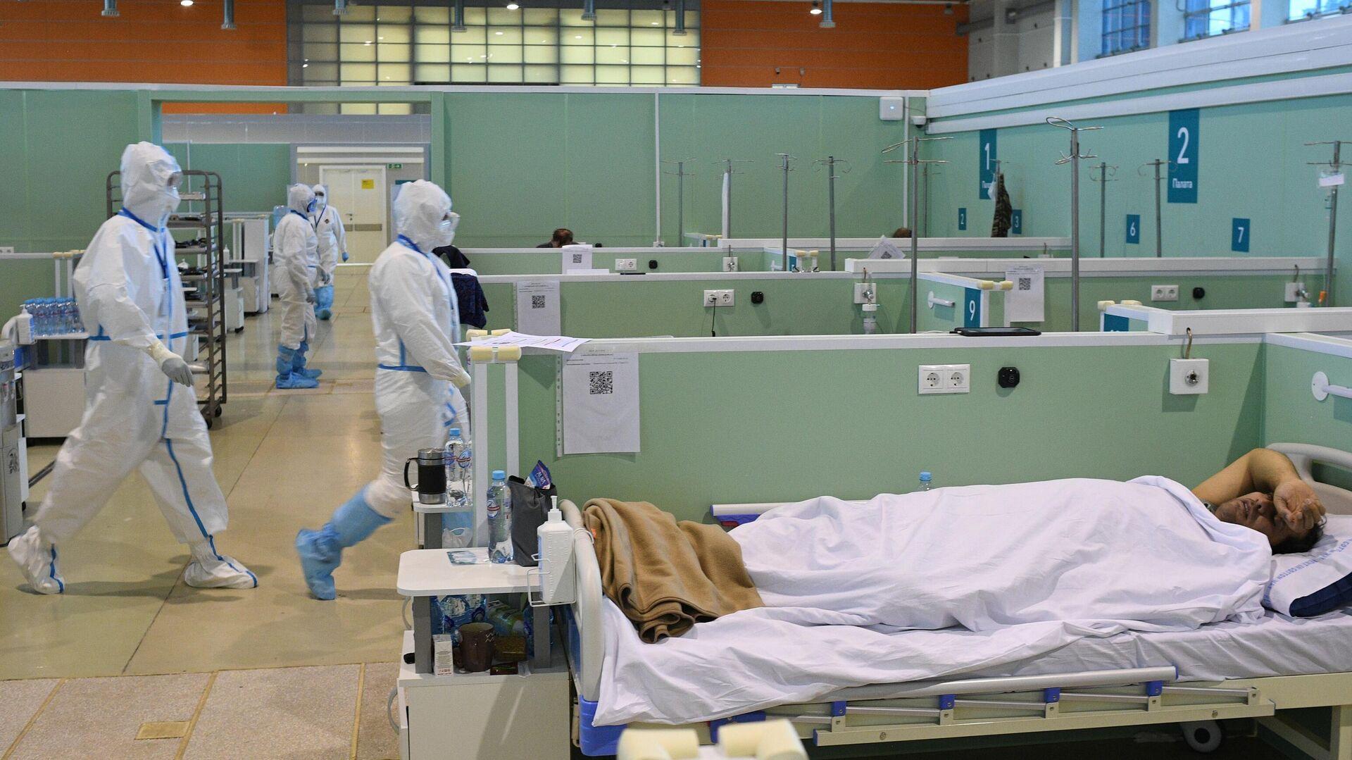 Медицинские работники и пациент во временном госпитале COVID-19 на ВДНХ в Москве - РИА Новости, 1920, 13.06.2021