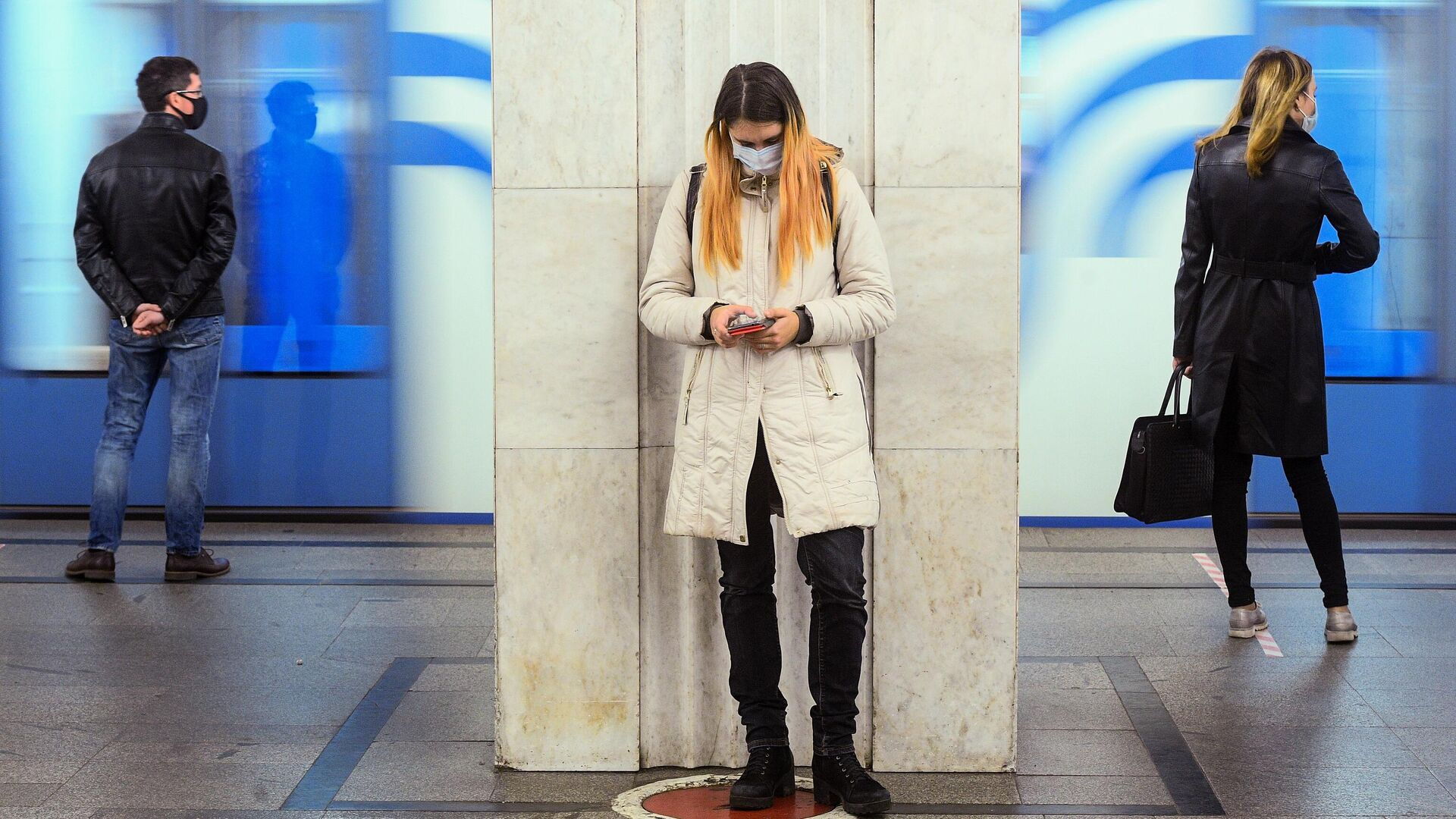 Пассажиры на одной из станций Московского метрополитена - РИА Новости, 1920, 27.10.2020