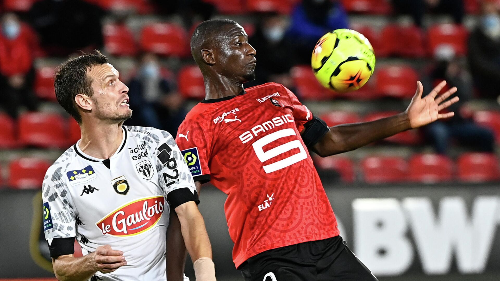 Stade Rennais' French forward Serhou Guirassy (R) vies with Angers' French defender Romain Thomas during the French L1 football match between Stade Rennais and Angers, at the Roazhon Park stadium in Rennes, northwestern France on October 23, 2020. (Photo by DAMIEN MEYER / AFP) - РИА Новости, 1920, 24.10.2020