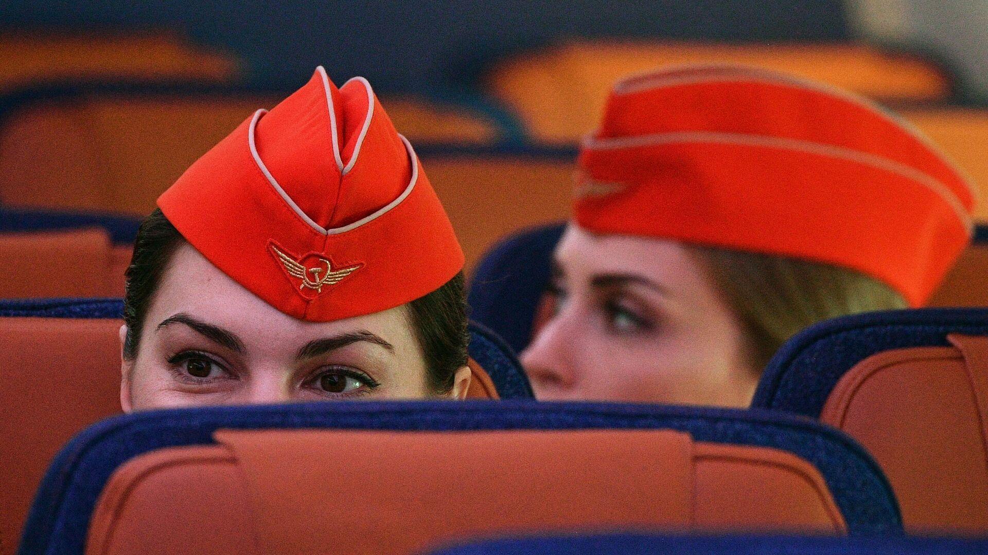 Стюардессы в салоне дальнемагистрального широкофюзеляжного пассажирского самолета Airbus A350-900  - РИА Новости, 1920, 25.10.2020