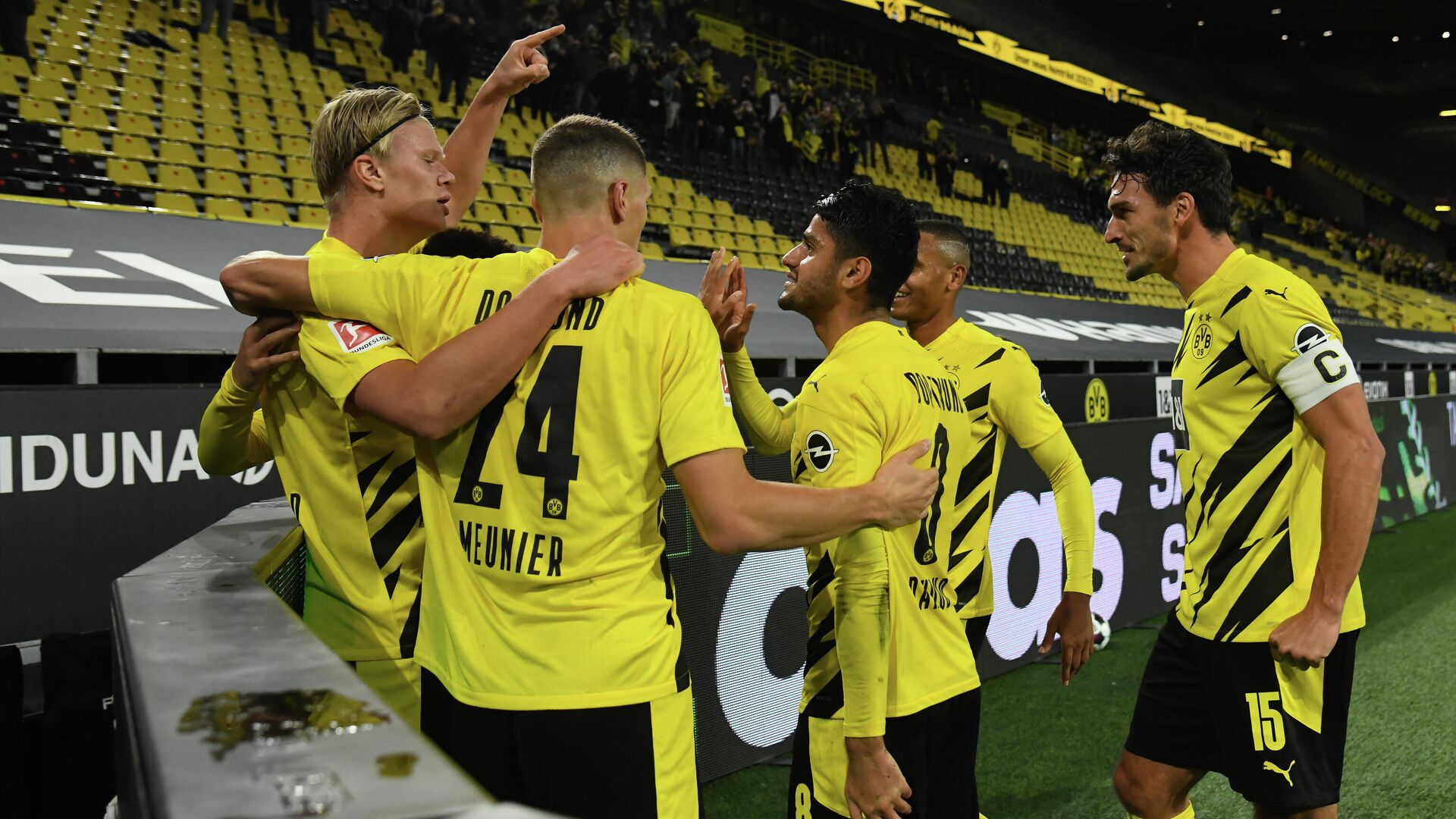 Dortmund's Norwegian forward Erling Braut Haaland (L) celebrates scoring the 2-0 goal with his teammates during the German first division Bundesliga football match between BVB Borussia Dortmund v Schalke 04 on October 24, 2020 in Dortmund, western Germany. (Photo by Ina Fassbender / various sources / AFP) / DFL REGULATIONS PROHIBIT ANY USE OF PHOTOGRAPHS AS IMAGE SEQUENCES AND/OR QUASI-VIDEO - РИА Новости, 1920, 24.10.2020