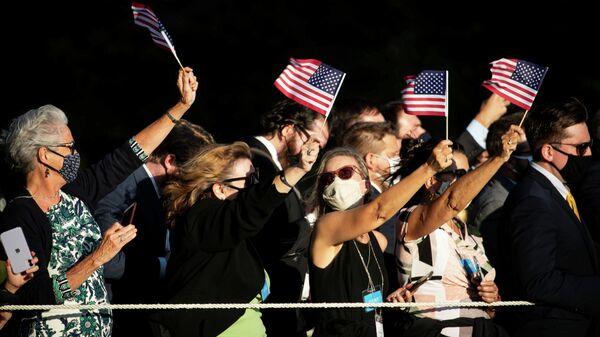 Люди с флагами США у Белого дома в Вашингтоне