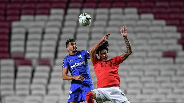Benfica's Uruguayan forward Darwin Nunez (R) heads the ball with Belenenses' Portuguese defender Danny Henriques during the Portuguese League football match between SL Benfica and Belenenses SAD at the Luz stadium in Lisbon on October 26, 2020. (Photo by PATRICIA DE MELO MOREIRA / AFP)