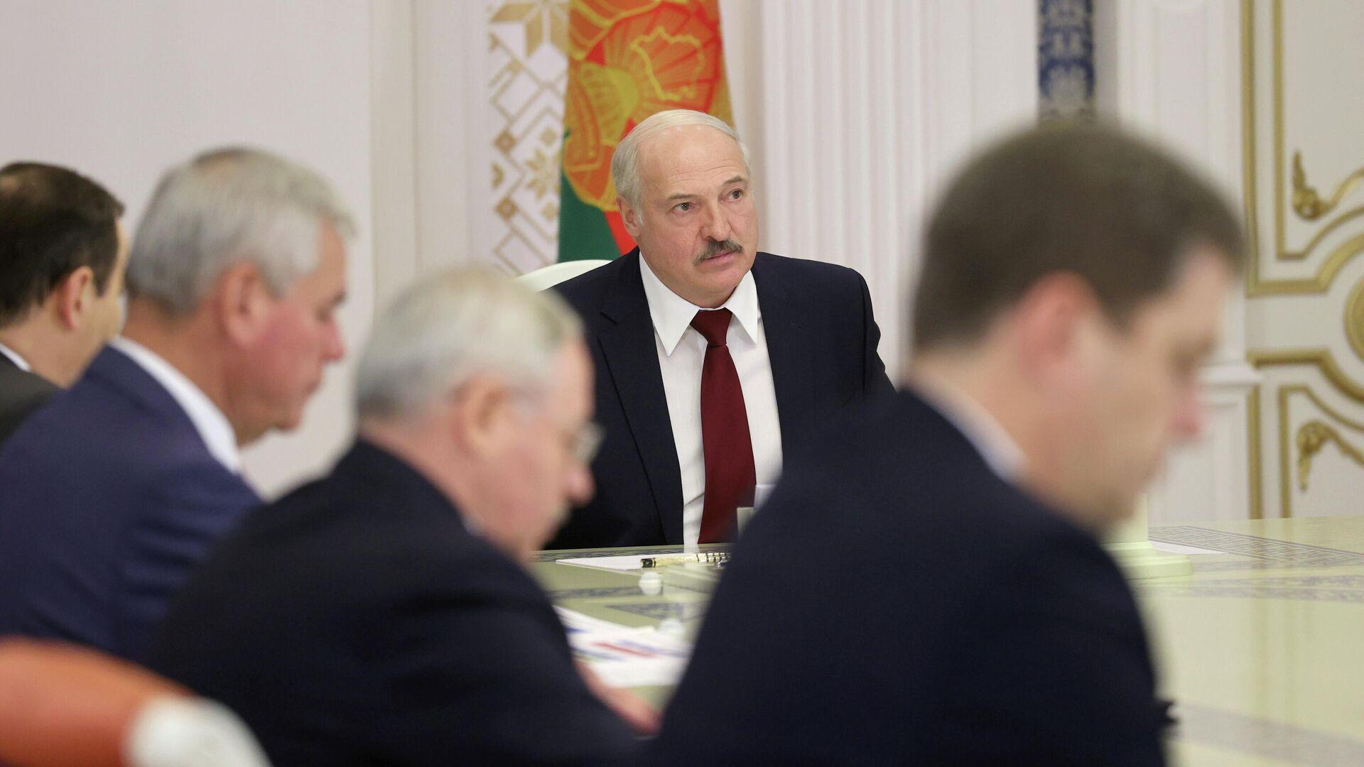 Президент Белоруссии Александр Лукашенко во время совещания в Минске. 27 октября 2020 - РИА Новости, 1920, 29.10.2020