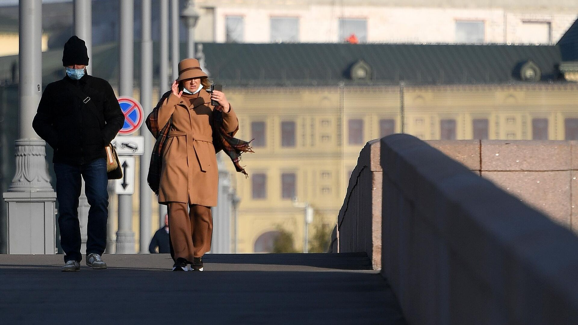 Люди в защитной маске на улице в Москве - РИА Новости, 1920, 10.11.2020