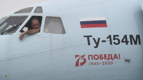Капитан Александр Лешкевич в кабине самолета Ту-154 авиакомпании Алроса на перроне в аэропорту Толмачево в Новосибирске