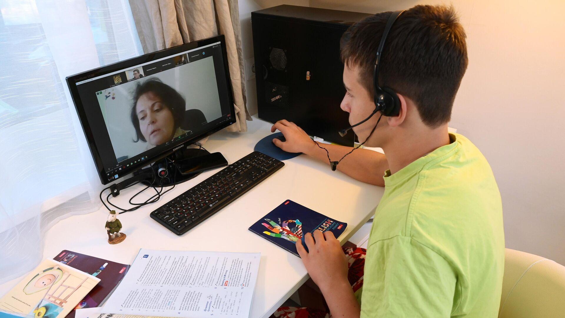 Ученик школы №1580 во время онлайн урока у себя дома в Москве - РИА Новости, 1920, 04.12.2020