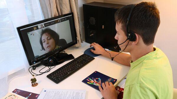 Ученик школы №1580 во время онлайн урока у себя дома в Москве