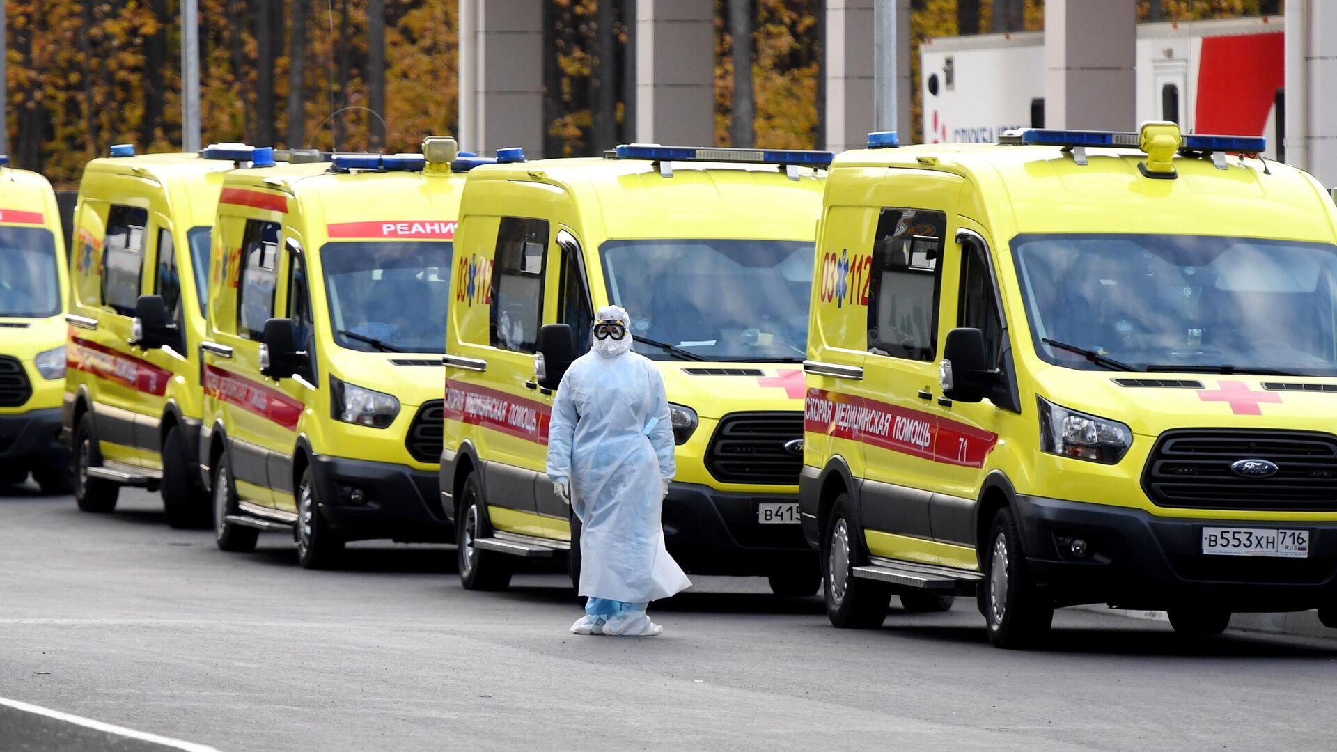 Машины скорой помощи у больницы  - РИА Новости, 1920, 05.01.2021