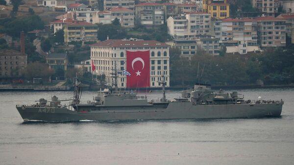 Универсальное транспортное судно Алиакмон ВМС Греции в проливе Босфор. 29 октября 2020