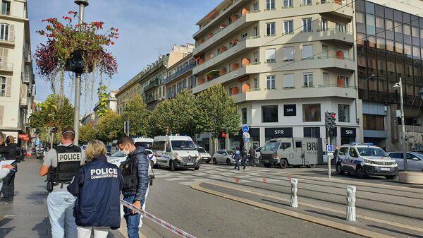Мужчина трижды ударил себя ножом перед входом в здание полиции во Франции