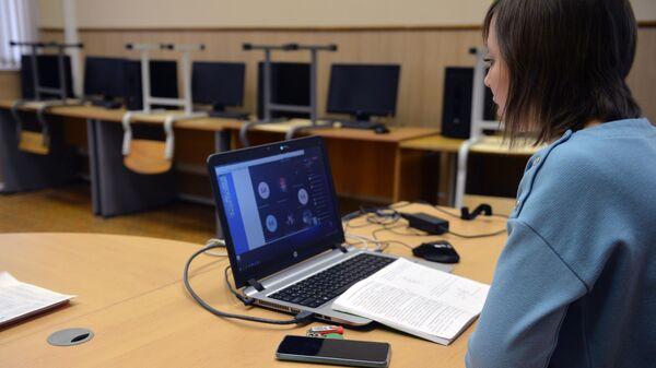 Преподаватель ведет дистанционный семинар из аудитории для студентов Уральского федерального университета