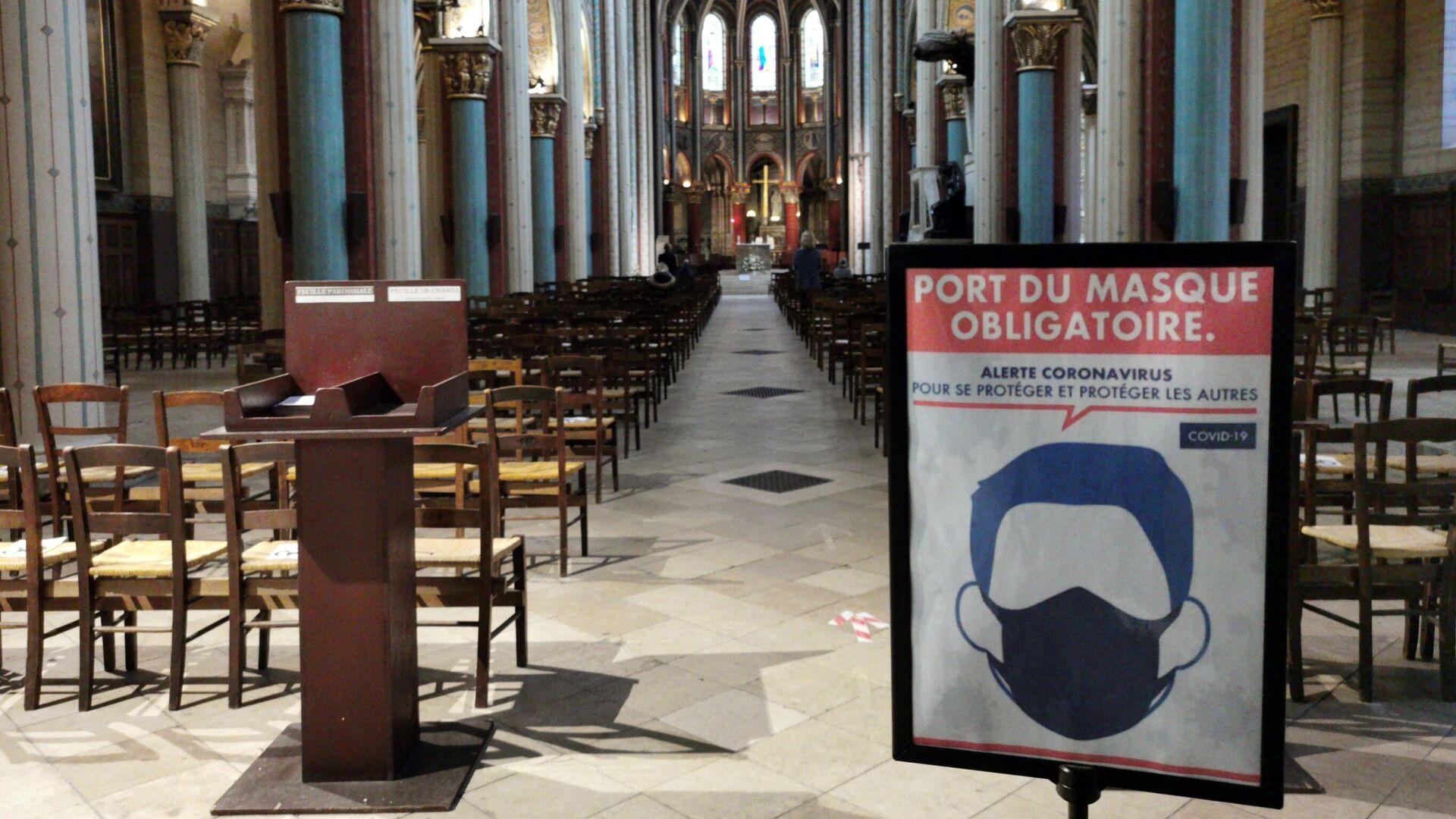 Плакат, напоминающий о ношении масок в церкви Сен-Жермен в Париже - РИА Новости, 1920, 24.11.2020