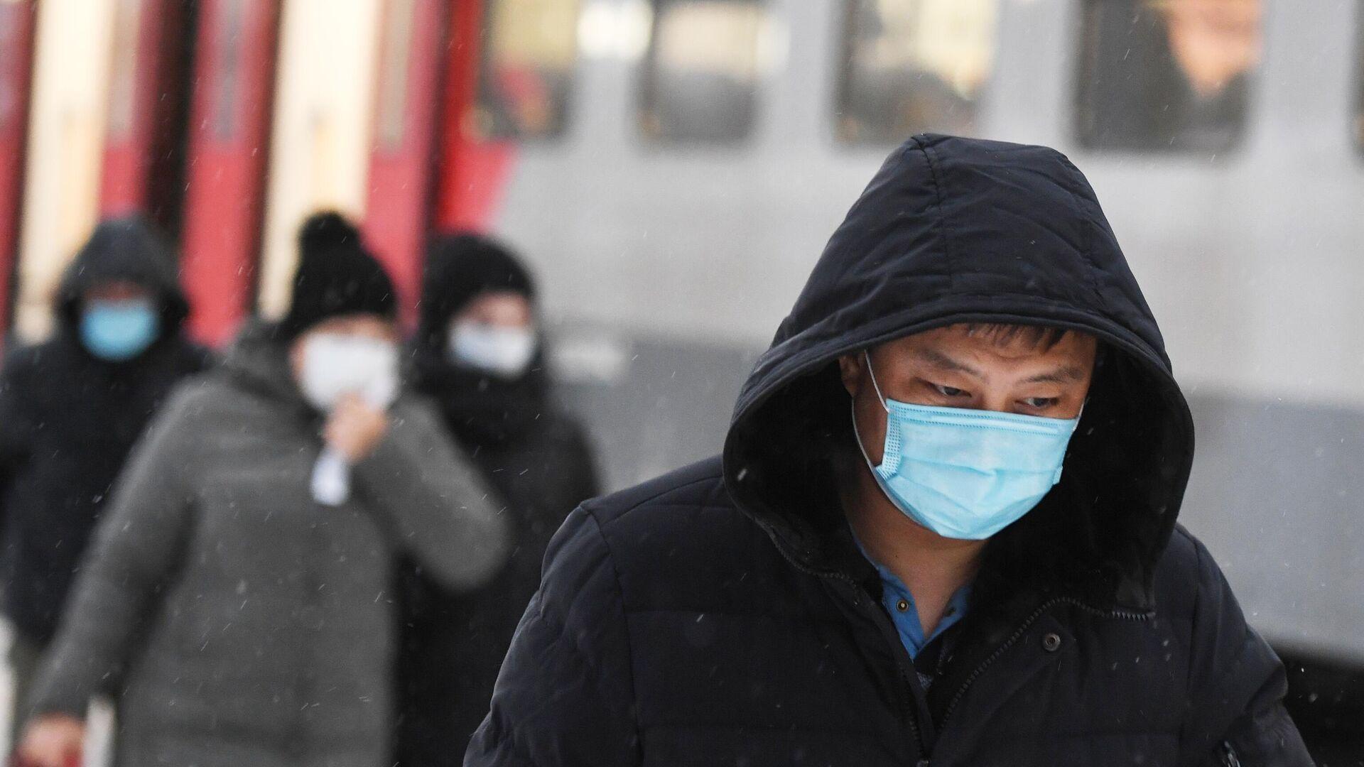 Пассажиры в защитных масках на железнодорожной станции в Новосибирске - РИА Новости, 1920, 01.11.2020