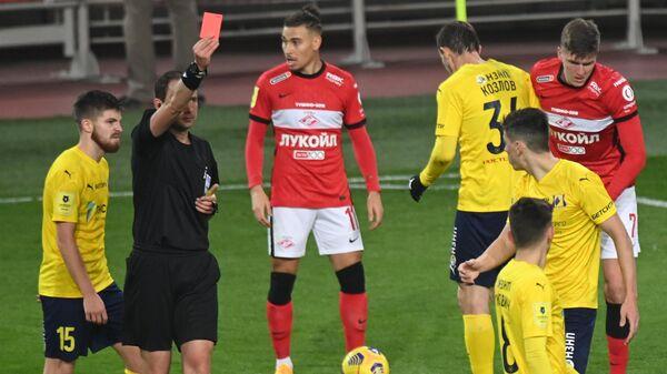 Виталий Мешков (второ слева) показывает красную карточку Деннису Хаджикадуничу (справа на втором плане)