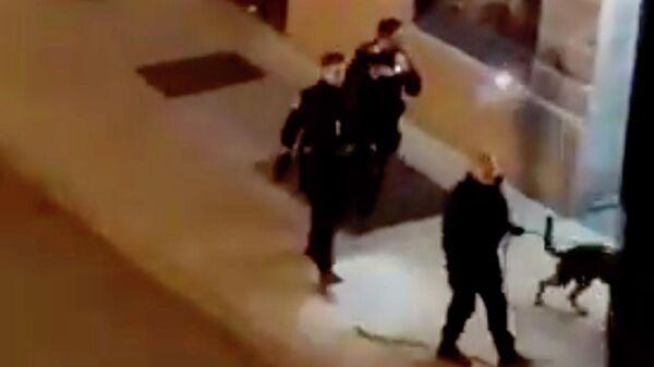 Полиция на месте нападения человека с ножом в Квебеке. Стоп-кадр видео
