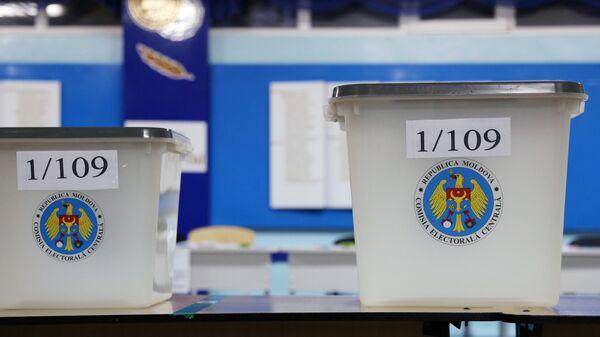 Женщина голосует на всеобщих выборах президента Молдавии на одном из участков в Кишиневе