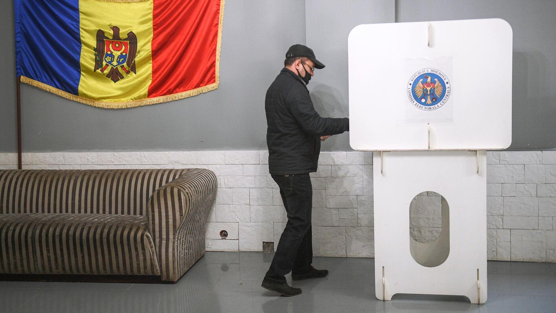 Мужчина голосует на всеобщих выборах президента Молдавии  - РИА Новости, 1920, 02.11.2020