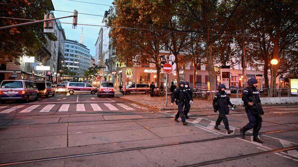 Полицейские машины, заблокировавшие улицу после перестрелки в Вене, Австрия