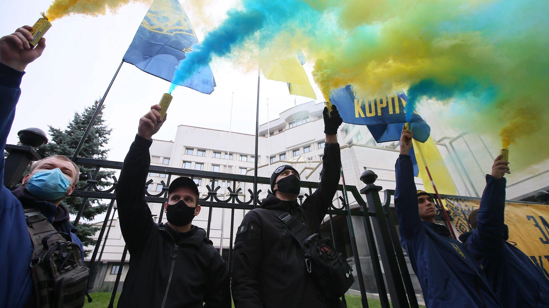 Участники акции протеста у здания Конституционного суда в Киеве - РИА Новости, 1920, 21.11.2020
