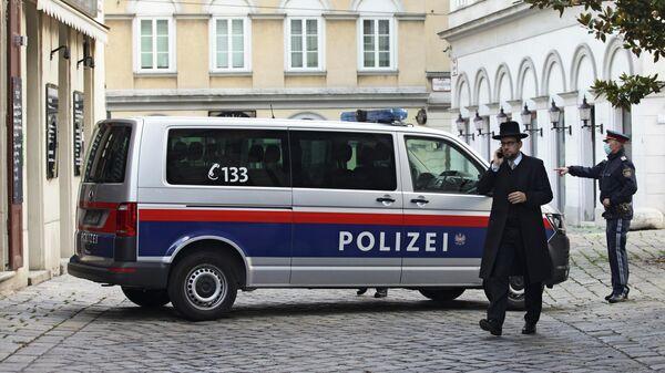 Раввин Шломо Хофмейстер около синагоги после перестрелки в Вене, Австрия