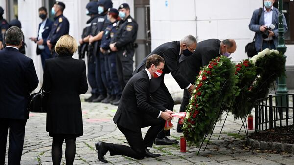 Канцлер Австрии Себастьян Курц на церемонии возложения венков после обстрела в Вене, Австрия