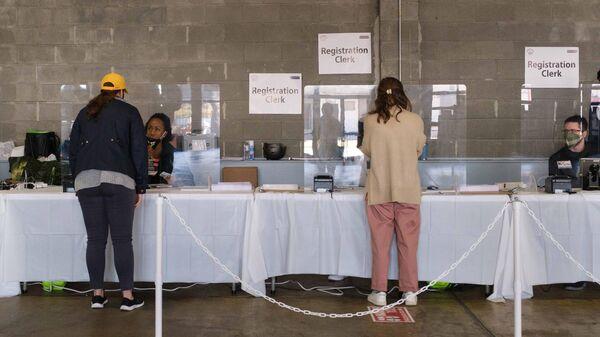 Избиратели во время голосования на выборах президента США на одном из избирательных участков в Вашингтоне