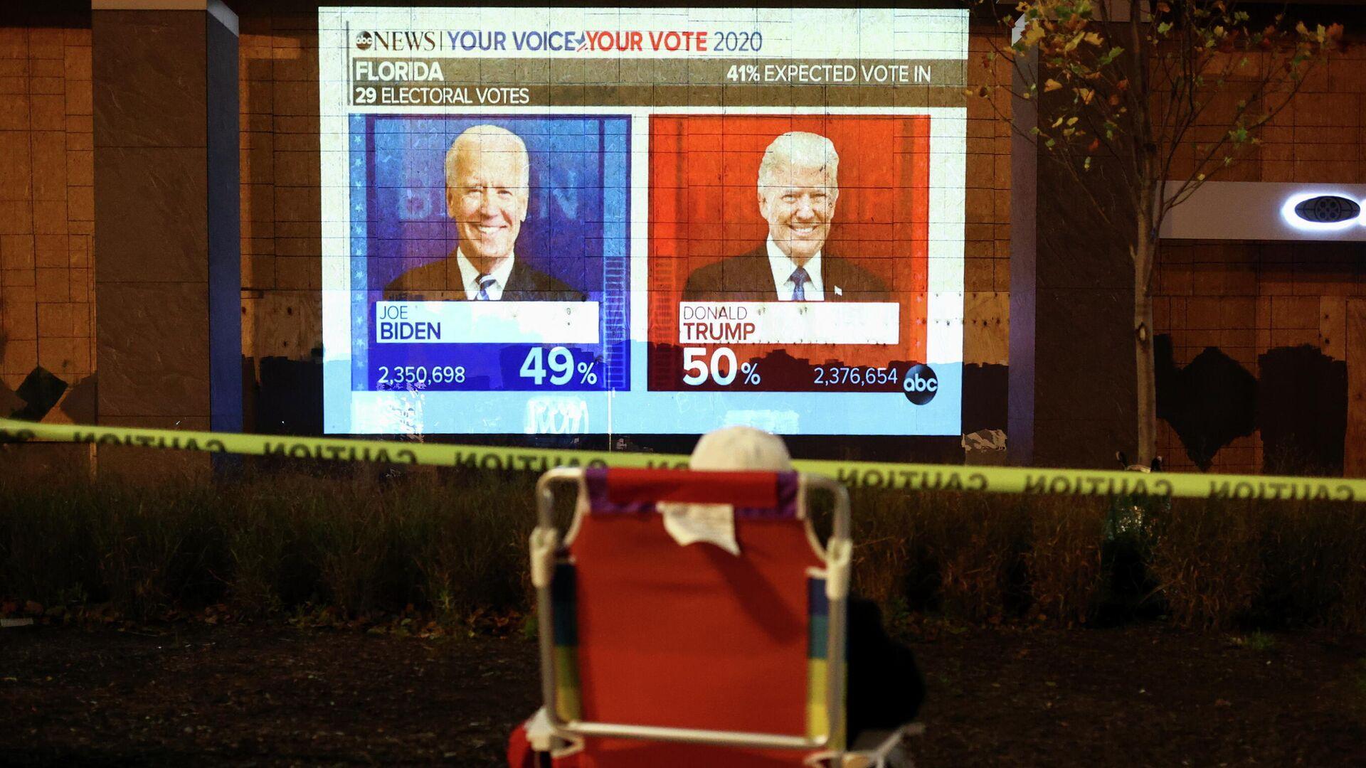 Экран с предварительными результатами голосования на президентских выборах в США - РИА Новости, 1920, 04.11.2020