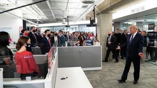 Президент США Дональд Трамп во время посещения своего избирательного штаба в Арлингтоне