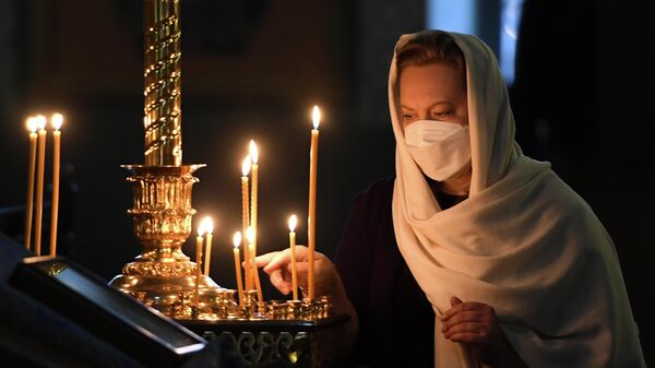 Прихожанка во время праздничной литургии в честь Казанской иконы Божией Матери в Благовещенском соборе в Казанском кремле
