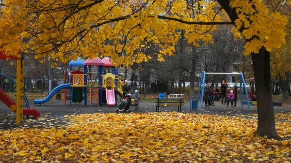 Горожане на детской площадке в сквере на Ленинском проспекте в Москве