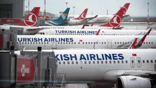 Самолеты на перроне в Международном аэропорту Стамбул