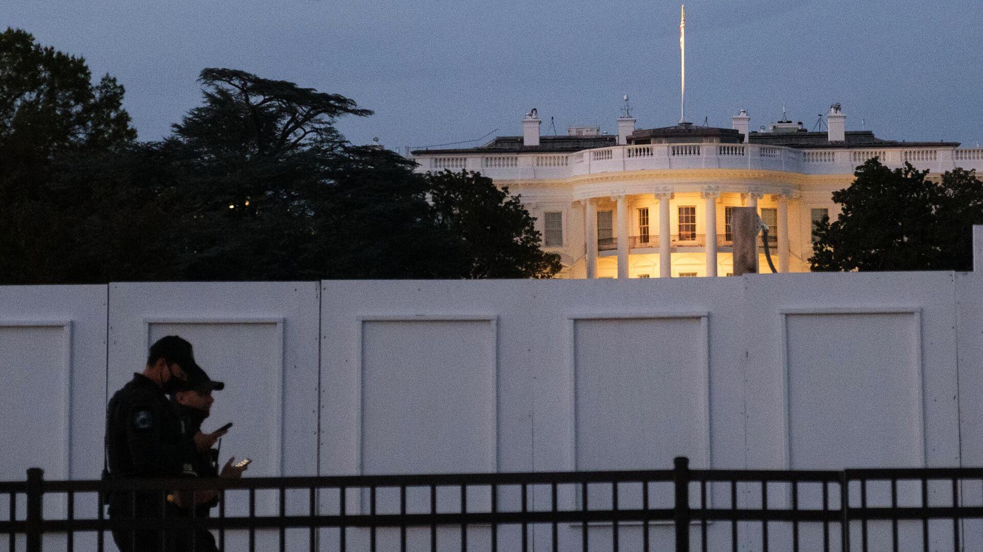Сотрудники секретной службы США на площади перед Белым домом в Вашингтоне - РИА Новости, 1920, 11.09.2021