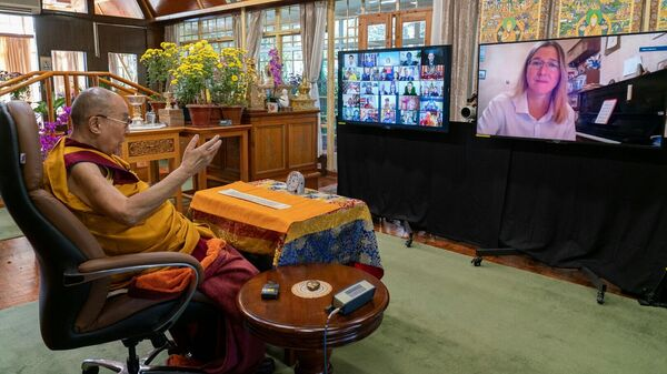 Далай-лама во время учений для россиян по видеосвязи