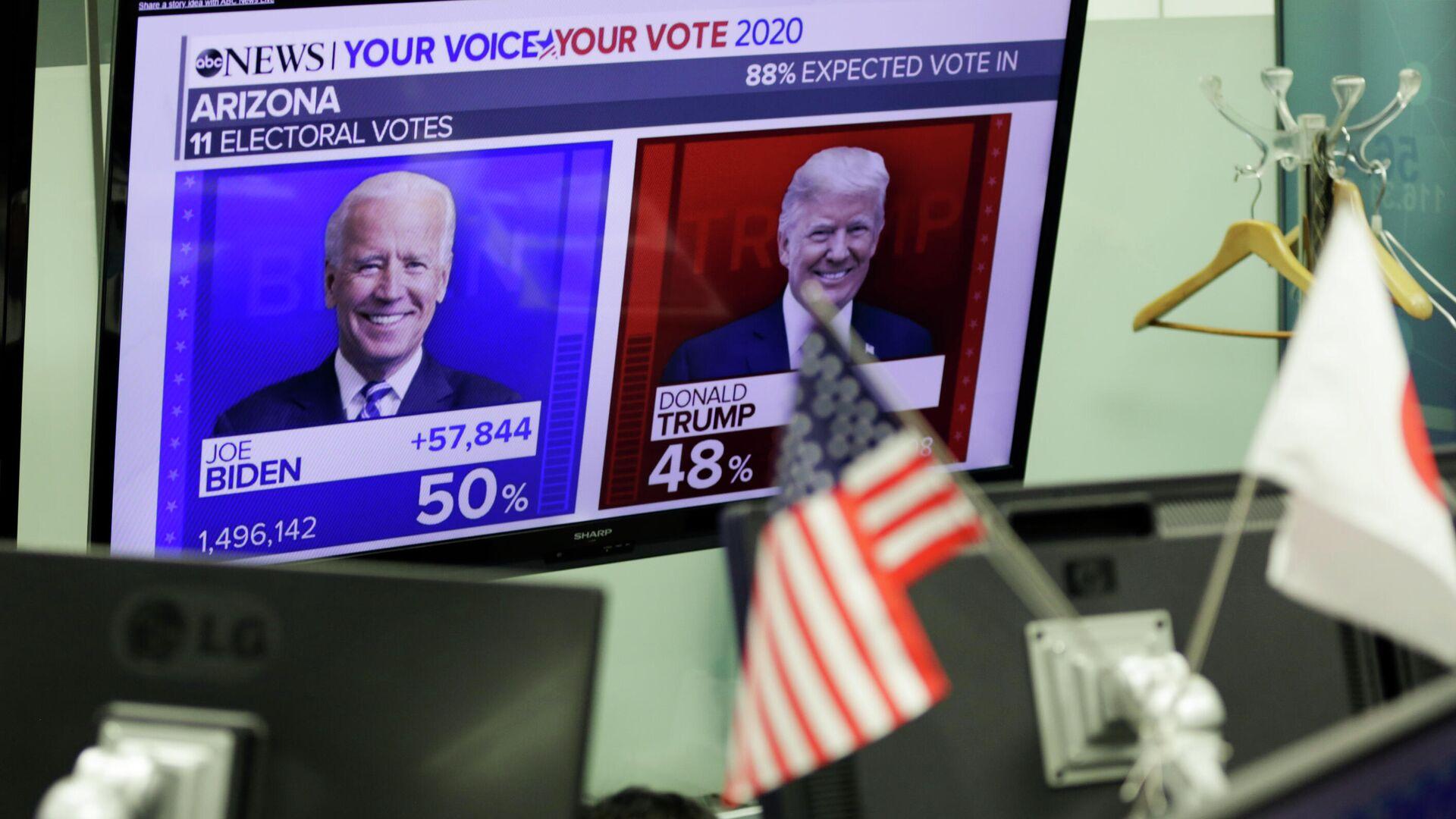 Экран с предварительным подсчетом голосов на выборах президента США - РИА Новости, 1920, 12.11.2020
