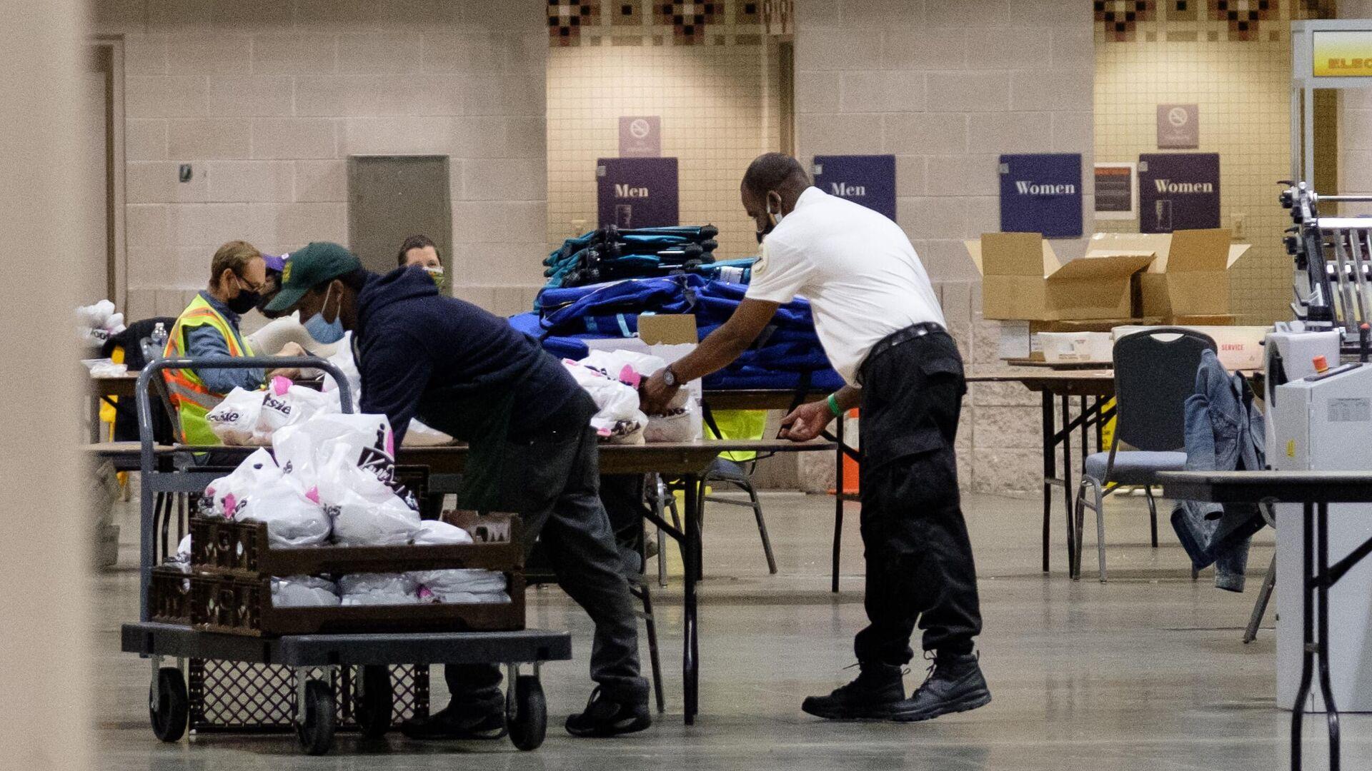 Рабочие перевозят коробки с бюллетенями внутри Конгресс-центра в Филадельфии - РИА Новости, 1920, 18.11.2020