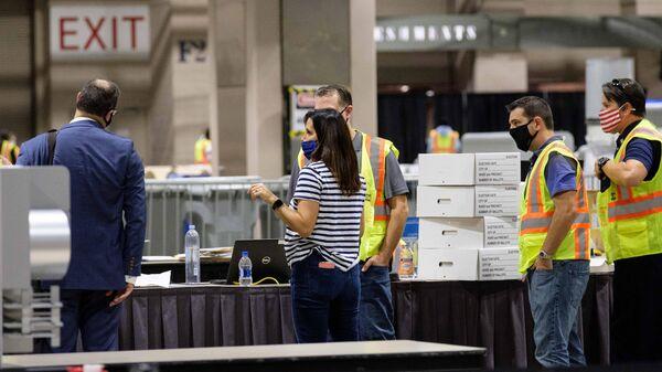 Рабочие внутри Конгресс-центра в Филадельфии, помещения которого используются для подсчета голосов на президентских выборах в США