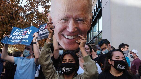 Люди на улице Филадельфии после объявления о победе на выборах президента США кандидата от Демократической партии Джозефа Байдена