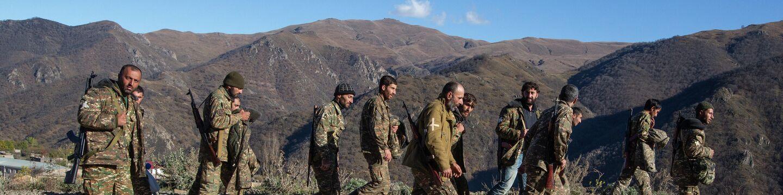 Военнослужащие на дороге в районе города Карвачар