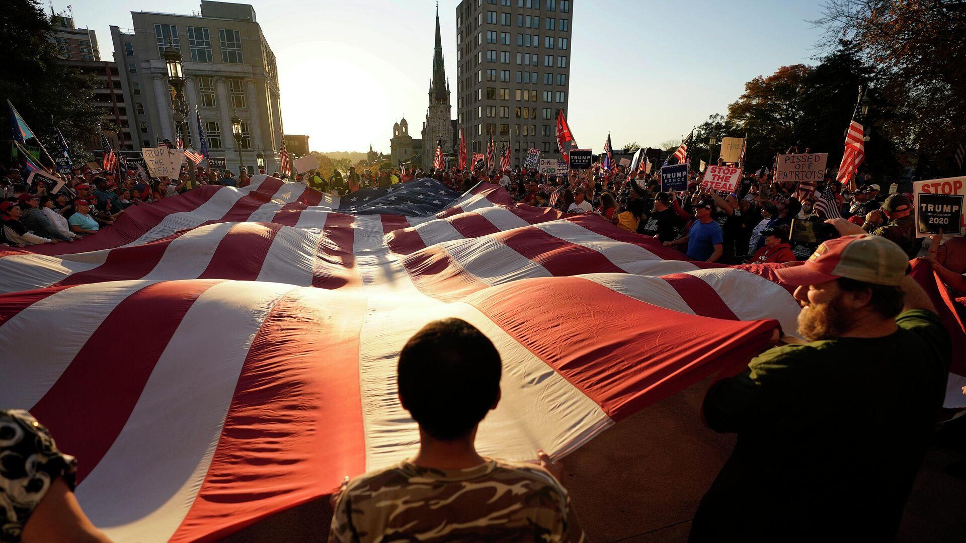 Митинг в поддержку действующего президента США Дональда Трампа в Гаррисберге, столице штата Пенсильвания - РИА Новости, 1920, 28.11.2020