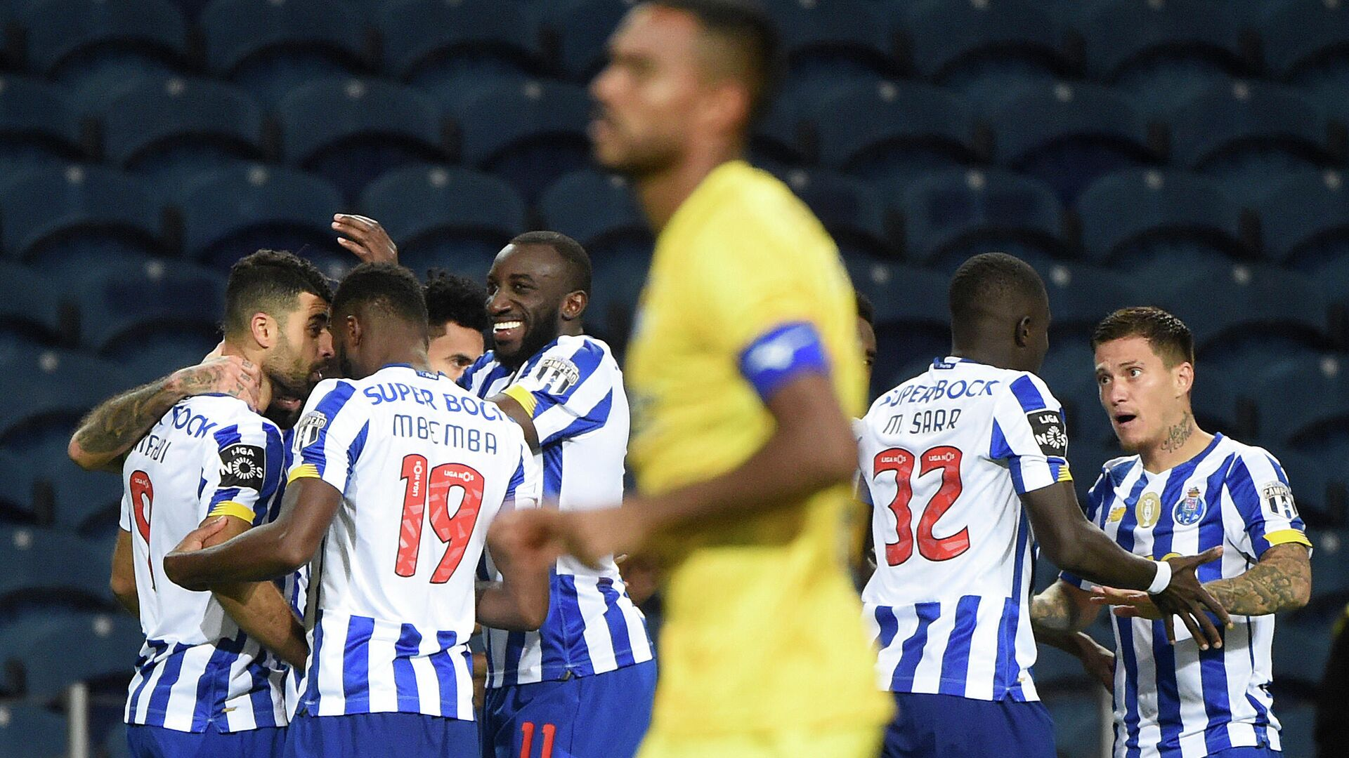 Porto's players celebrate after Porto's Iranian forward Mehdi Taremi (L) scored a goal during the Portuguese League football match between Porto and Portimonense at the Dragao stadium in Porto on November 8, 2020. (Photo by MIGUEL RIOPA / AFP) - РИА Новости, 1920, 08.11.2020