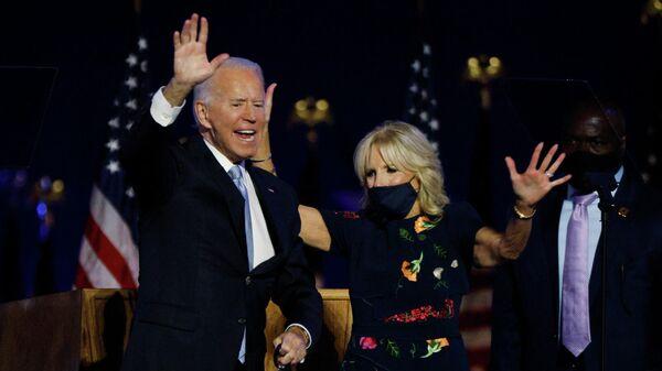 Джо Байден и его супруга после объявления итогов голосования