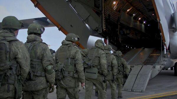 Погрузка военной техники и личного состава в тяжёлые военно-транспортные самолёты Ил-76 на аэродроме Ульяновск-Восточный