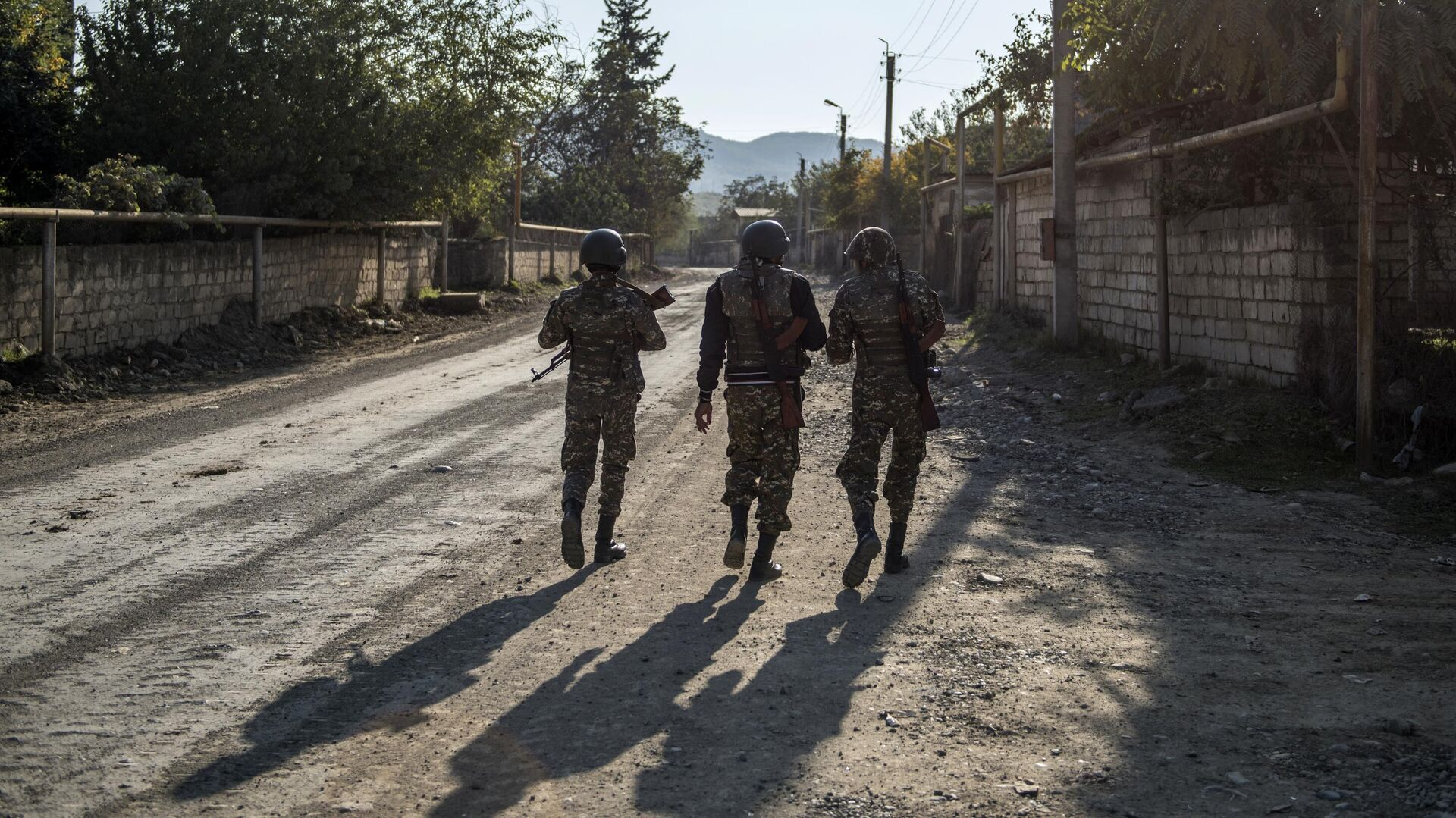 Вооруженные мужчины на улице города Степанакерт - РИА Новости, 1920, 30.11.2020