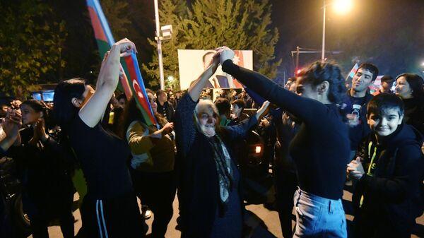 Люди на улицах Менгечивира радуются прекращению огня в Нагорном Карабах