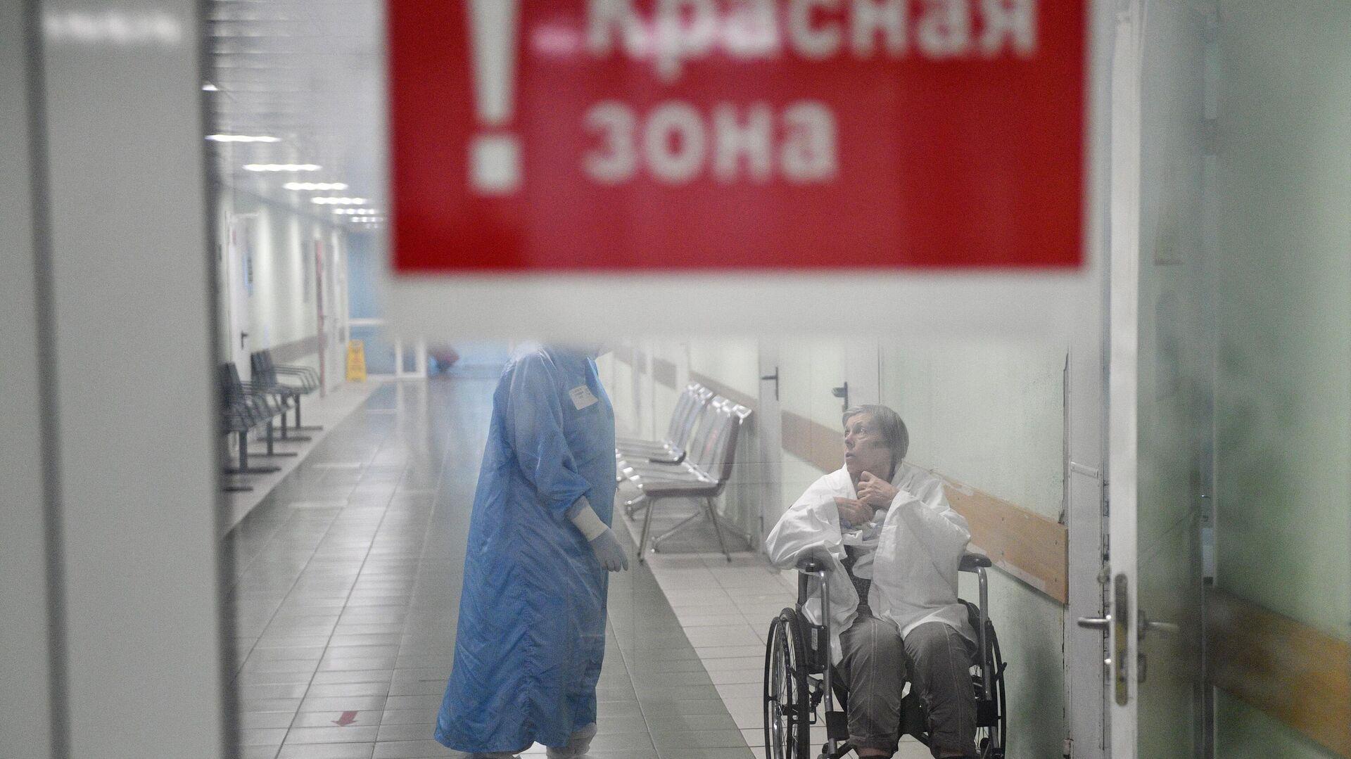 Медицинский работник и пациент в красной зоне ковид-госпиталя, организованного в городской клинической больнице №15 имени О. М. Филатова в Москве - РИА Новости, 1920, 12.11.2020
