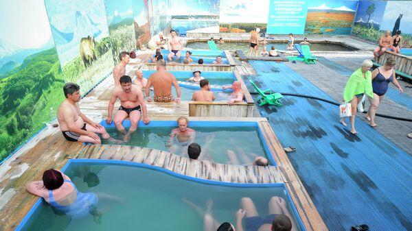 Жители Камчатки купаются в термальных источниках Зеленовские Озерки